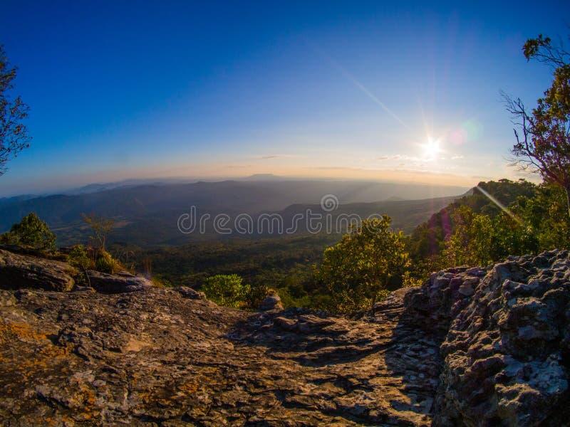 Ήλιος και άποψη βουνών στοκ φωτογραφίες με δικαίωμα ελεύθερης χρήσης
