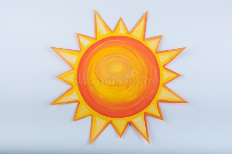 Ήλιος κινούμενων σχεδίων που επισύρεται την προσοχή με την γκουας στο άσπρο υπόβαθρο στοκ φωτογραφίες