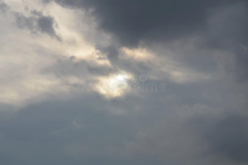 Ήλιος δορών σύννεφων βροχής στο θαμπό ουρανό στοκ εικόνα