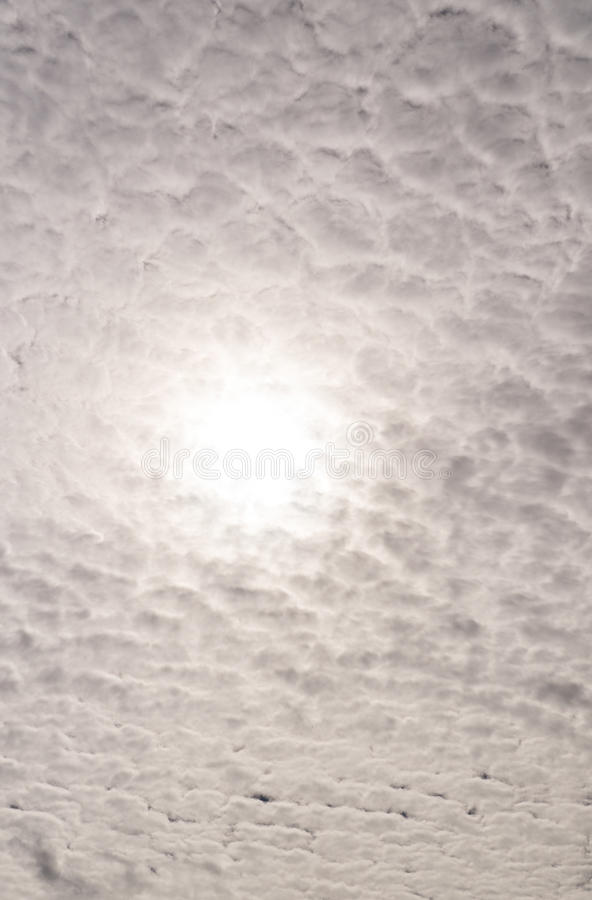 Ήλιος πέρα από τα σύννεφα, σωρείτης irrus Ñ , υπόβαθρο, φύση στοκ εικόνες με δικαίωμα ελεύθερης χρήσης