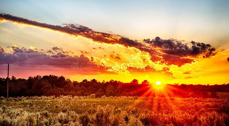 Ήλιος που θέτει πέρα από τη γεωργική γη χωρών στη νότια Καρολίνα της Υόρκης στοκ εικόνες
