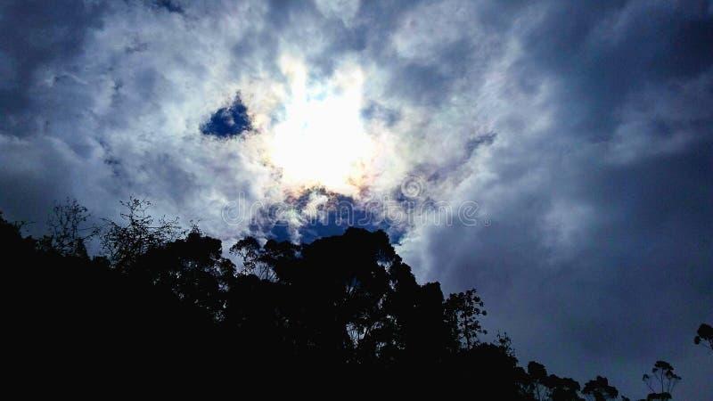 Ήλιος που περιβάλλεται από τα σύννεφα στοκ φωτογραφία με δικαίωμα ελεύθερης χρήσης