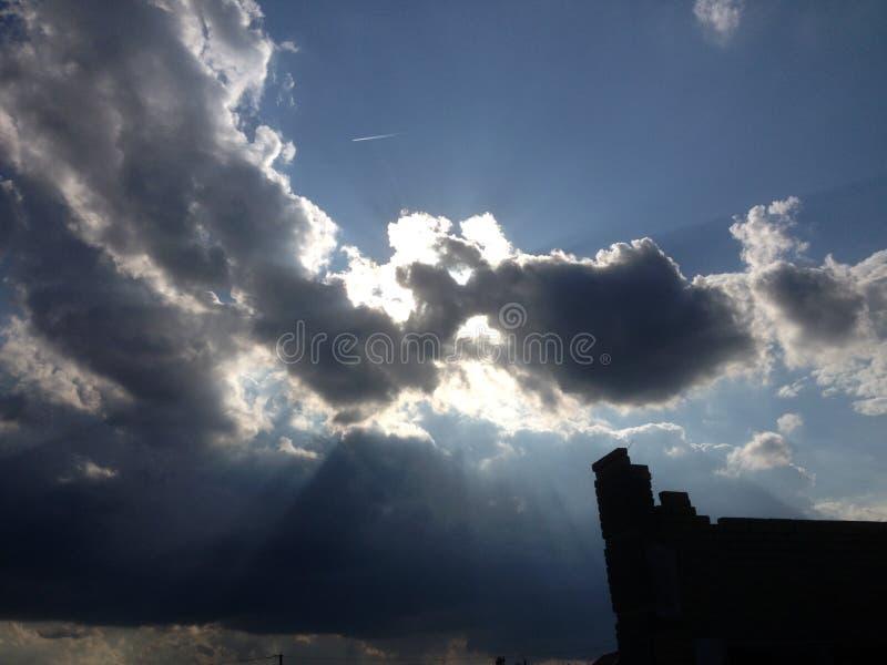 Ήλιος που που κρύβει πίσω από τον ουρανό στοκ εικόνα με δικαίωμα ελεύθερης χρήσης