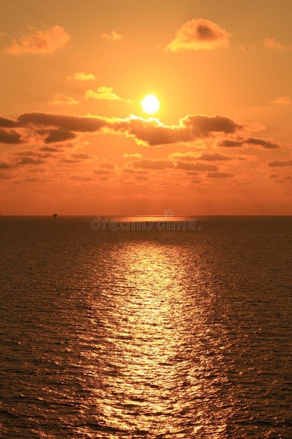 Ήλιος που τίθεται κίτρινος στη μέση του ωκεανού στοκ φωτογραφία