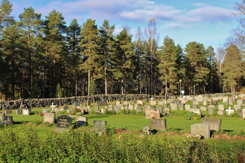 Ήλιος φθινοπώρου πέρα από το νεκροταφείο στοκ φωτογραφία με δικαίωμα ελεύθερης χρήσης