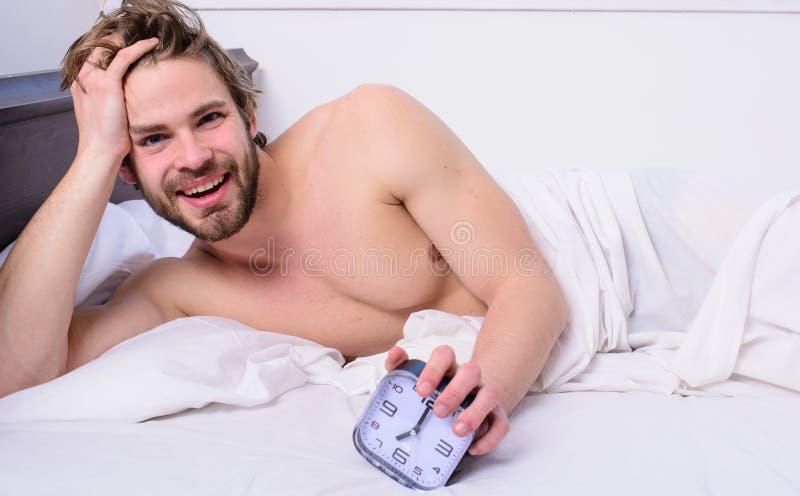 Ίδιος χρόνος ώρας για ύπνο προγράμματος ραβδιών ξυπνήστε Αρκετός ύπνος για τον Ρυθμίστε το ρολόι bodys σας Αξύριστος γενειοφόρος  στοκ φωτογραφία με δικαίωμα ελεύθερης χρήσης