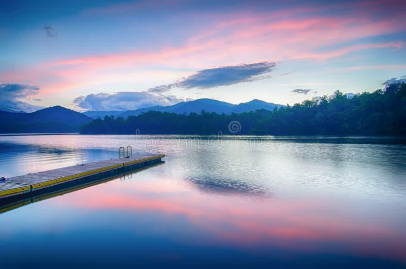 λίμνη santeetlah στη μεγάλη καπνώή βόρεια Καρολίνα βουνών στοκ φωτογραφίες με δικαίωμα ελεύθερης χρήσης