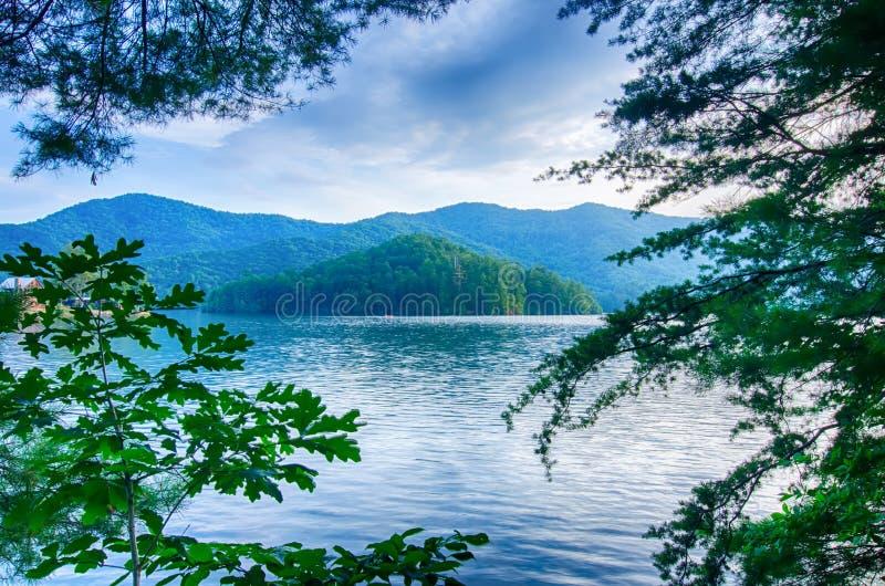 λίμνη santeetlah στη μεγάλη καπνώή βόρεια Καρολίνα βουνών στοκ φωτογραφία με δικαίωμα ελεύθερης χρήσης