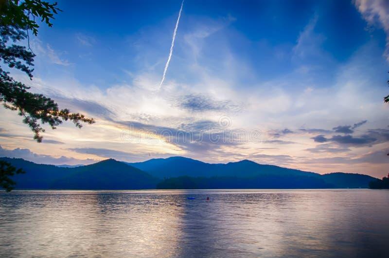 λίμνη santeetlah στη μεγάλη καπνώή βόρεια Καρολίνα βουνών στοκ εικόνα