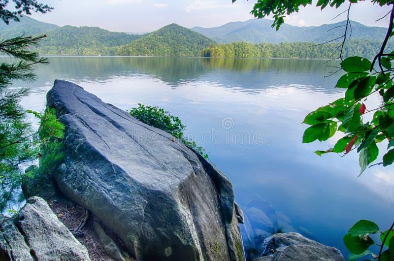 λίμνη santeetlah στη μεγάλη καπνώή βόρεια Καρολίνα βουνών στοκ φωτογραφίες