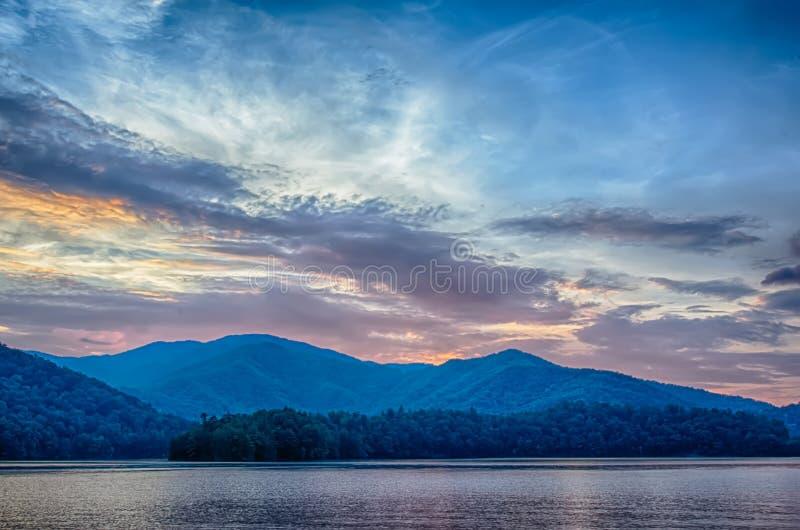λίμνη santeetlah στη μεγάλη καπνώή βόρεια Καρολίνα βουνών στοκ εικόνες