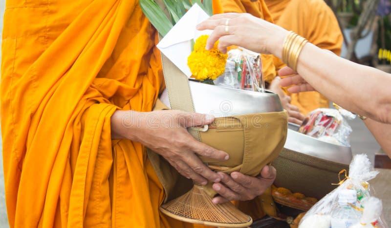 δίνοντας τις ελεημοσύνες στους μοναχούς λάβετε τις ελεημοσύνες στοκ εικόνες με δικαίωμα ελεύθερης χρήσης