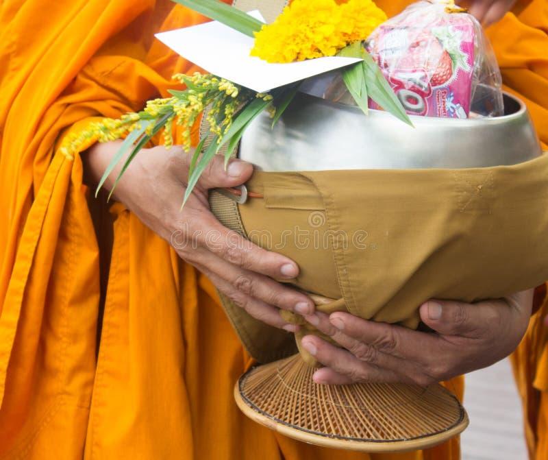 δίνοντας τις ελεημοσύνες στους μοναχούς λάβετε τις ελεημοσύνες στοκ εικόνες