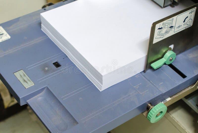 δίσκος εκτυπωτών με το έγγραφο στο γραφείο στοκ εικόνα