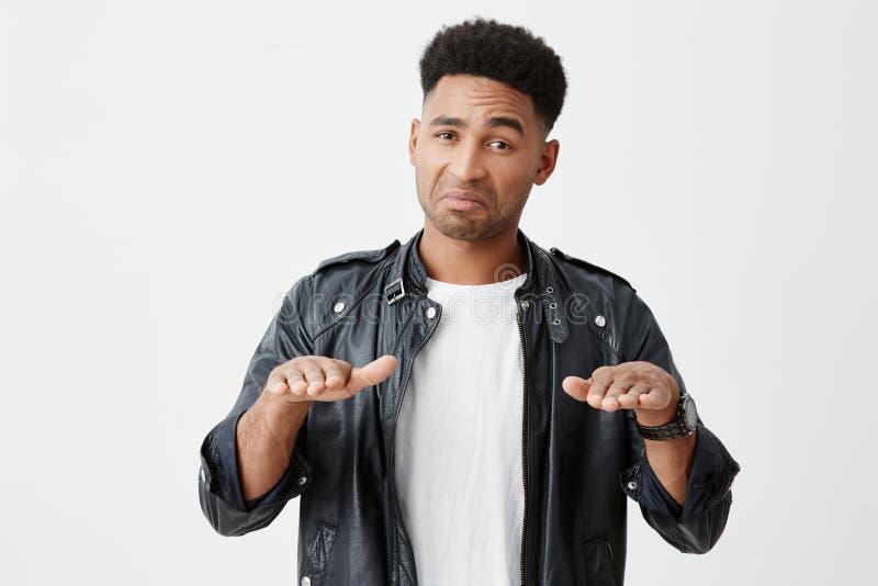 Ίσως καταψύχετε, άτομο Ηρεμία κάτω Πορτρέτο του ώριμου σκοτεινός-ξεφλουδισμένου αστείου άνδρα σπουδαστή με το afro hairstyle σε π στοκ φωτογραφία με δικαίωμα ελεύθερης χρήσης
