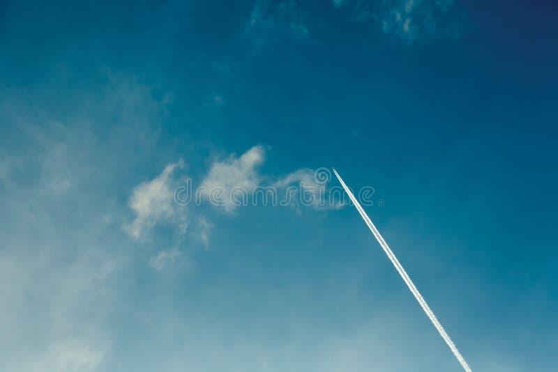 Ίχνη αεροπλάνων στον ουρανό στοκ εικόνες