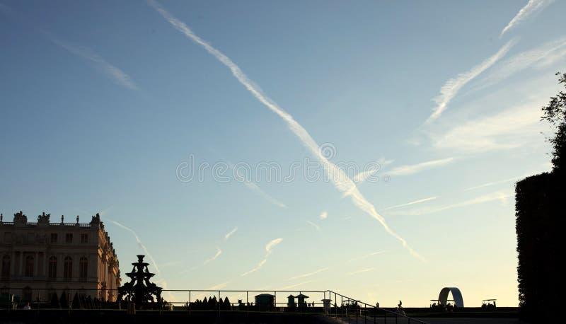 Ίχνη αεροπλάνων στον ουρανό στοκ φωτογραφία με δικαίωμα ελεύθερης χρήσης