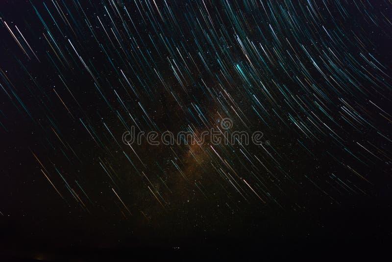 Ίχνη αστεριών και γαλακτώδης τρόπος στο χρόνο μεσάνυχτων της Μελβούρνης στοκ εικόνες
