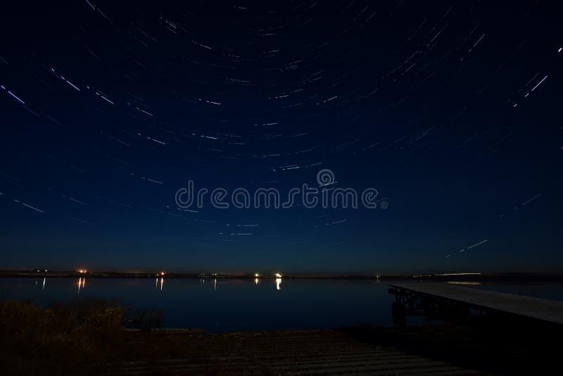 Ίχνη αστεριών και ξύλινη αποβάθρα βαρκών στοκ φωτογραφία με δικαίωμα ελεύθερης χρήσης