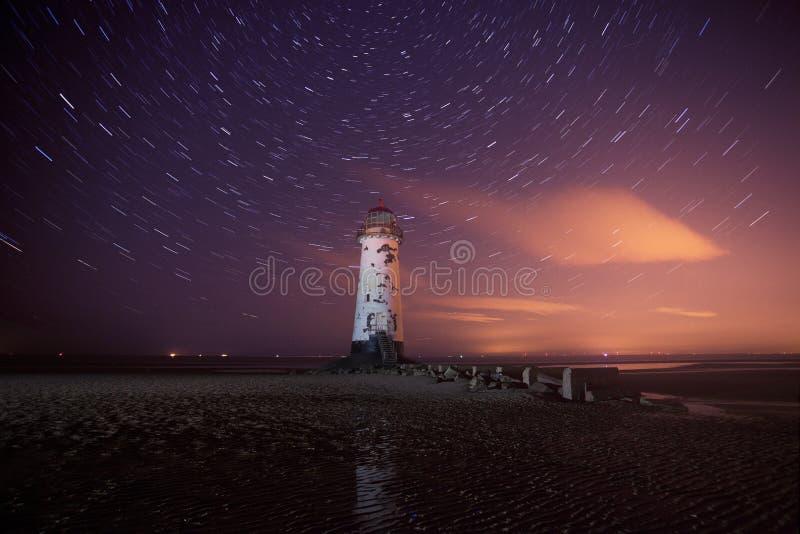 ίχνη αστεριών νύχτας φάρων talacre στοκ εικόνα