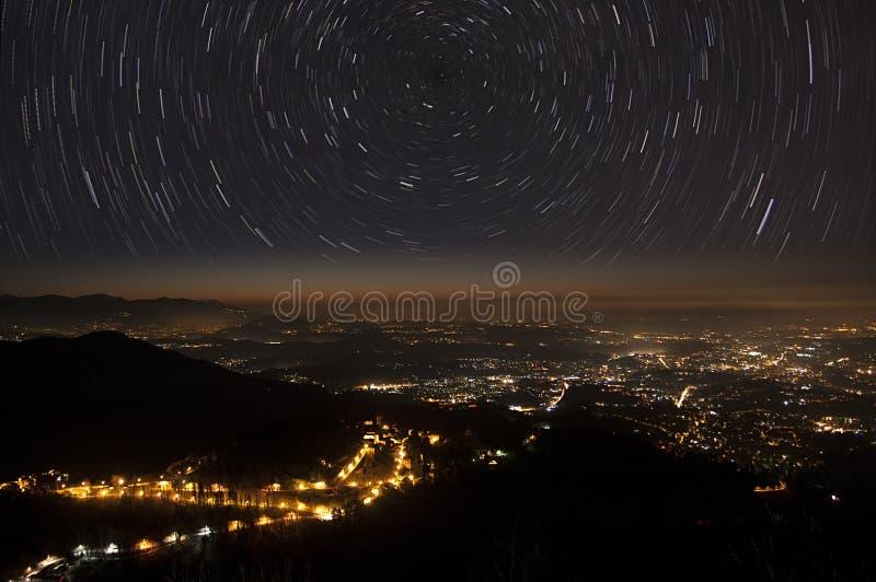 Ίχνη και πόλη αστεριών στοκ εικόνα με δικαίωμα ελεύθερης χρήσης