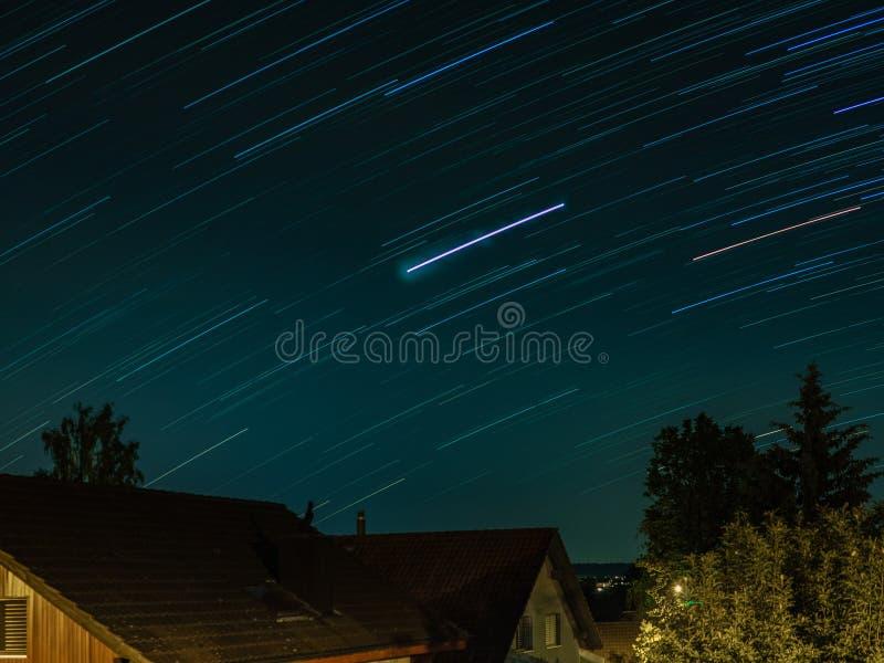 Ίχνη αστεριών στις στέγες ενός ελβετικού χωριού το καλοκαίρι στοκ φωτογραφίες με δικαίωμα ελεύθερης χρήσης