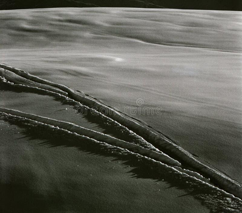ίχνη ενός άγνωστου σκι ατόμων ` s στις Άλπεις στοκ εικόνες