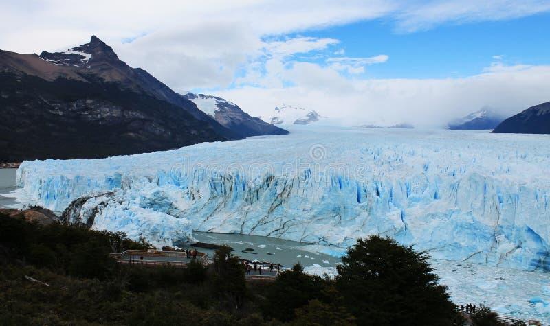 Ίχνη και επιφυλακές - Perito Moreno Glacier Tour, Παταγωνία Αργεντινή στοκ φωτογραφίες