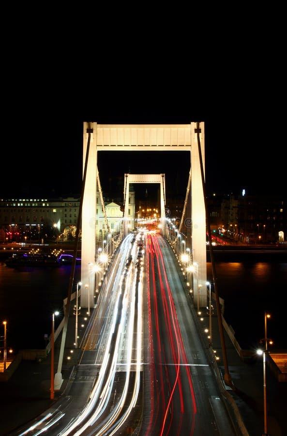 Ίχνη λευκού και κόκκινου φωτός στη γέφυρα Δούναβης Βουδαπέστη της Elisabeth στοκ εικόνα με δικαίωμα ελεύθερης χρήσης