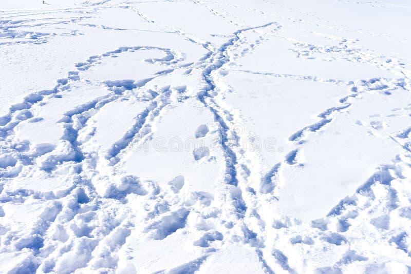 Ίχνη σκι στο χιόνι στην κινηματογράφηση σε πρώτο πλάνο χειμερινών βουνών στοκ φωτογραφία με δικαίωμα ελεύθερης χρήσης