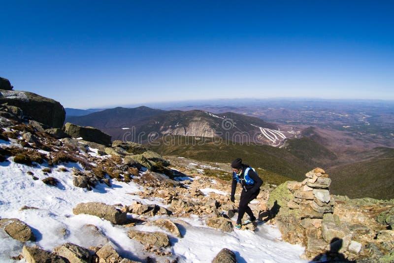 Ίχνος γυναικών που τρέχει στα βουνά στοκ εικόνα