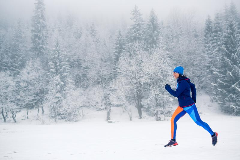 Ίχνος γυναικών που τρέχει στο χιόνι στα χειμερινά βουνά στοκ φωτογραφία με δικαίωμα ελεύθερης χρήσης