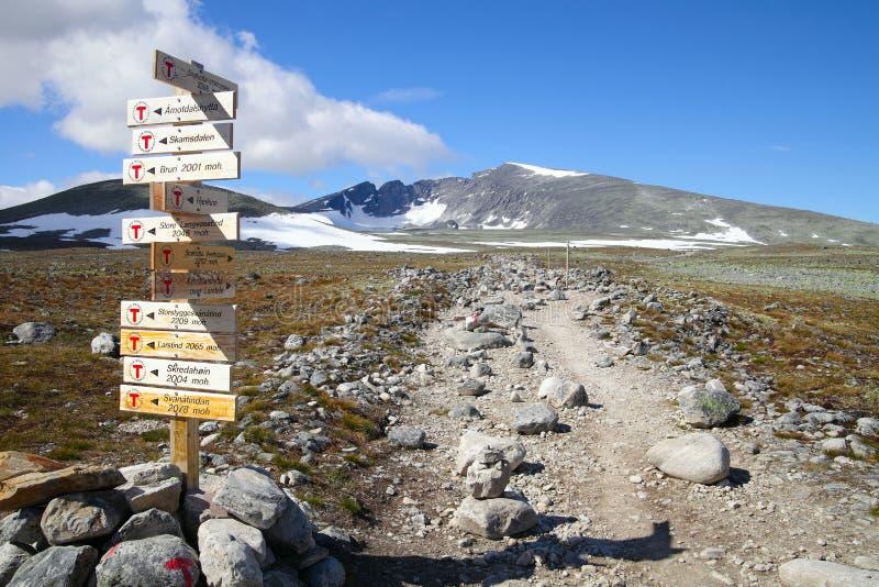 Ίχνος και σημάδι πεζοπορίας στα βουνά της Νορβηγίας στοκ φωτογραφία με δικαίωμα ελεύθερης χρήσης