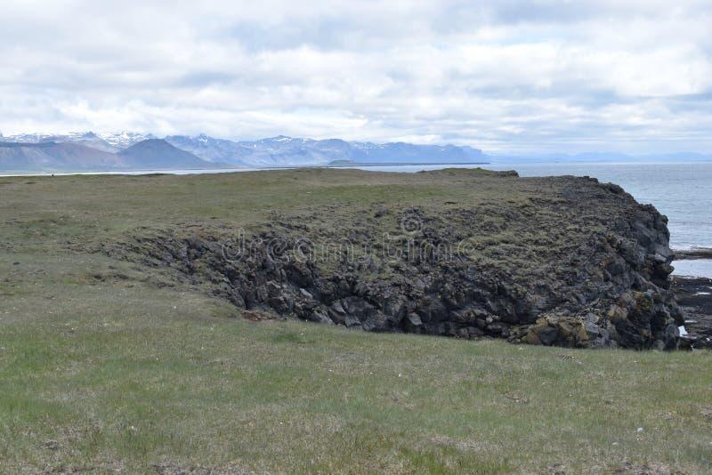 Ίχνος πεζοπορίας από Anarstapi σε Hellnar με τους ακατέργαστους ωκεάνιους μεγάλους βράχους και τα βουνά und στο δυτικό τμήμα της  στοκ φωτογραφίες με δικαίωμα ελεύθερης χρήσης