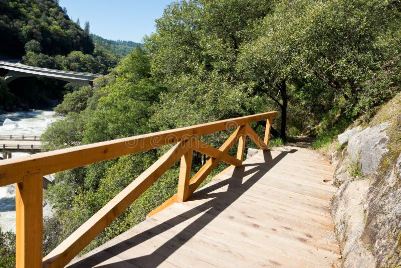 Ίχνος πεζοπορίας Καλιφόρνιας με το νέο ξύλινο κιγκλίδωμα στοκ εικόνες