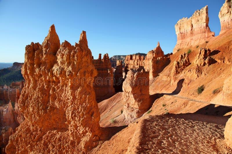 Ίχνος πεζοπορίας μέσω των καταπληκτικών σχηματισμών βράχου στο εθνικό πάρκο φαραγγιών του Bryce στοκ φωτογραφία με δικαίωμα ελεύθερης χρήσης