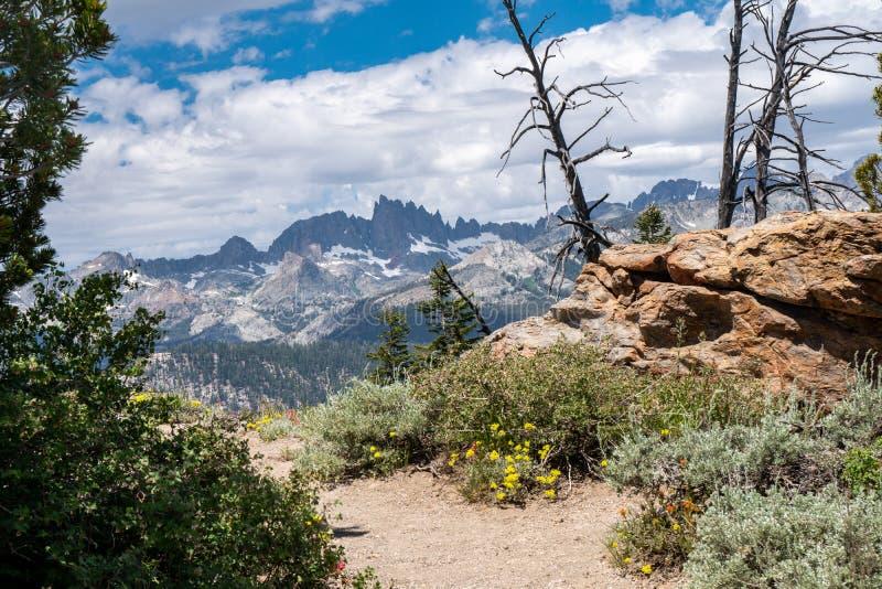 Ίχνος που οδηγεί στη Vista μιναρών άποψη στις μαμμούθ λίμνες Καλιφόρνια στοκ φωτογραφίες