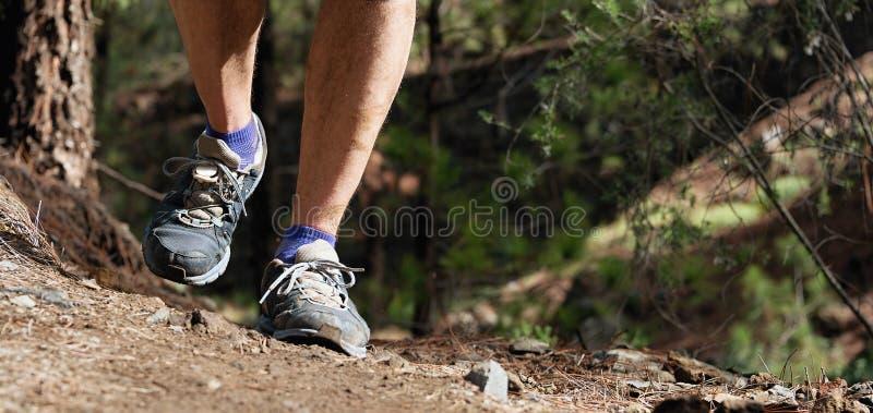Ίχνος που τρέχει workout υπαίθρια στη δύσκολη έκταση στοκ εικόνες