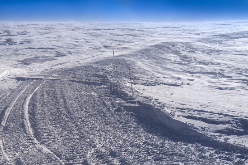 Ίχνος σκι στο χειμερινό θέρετρο στοκ εικόνες