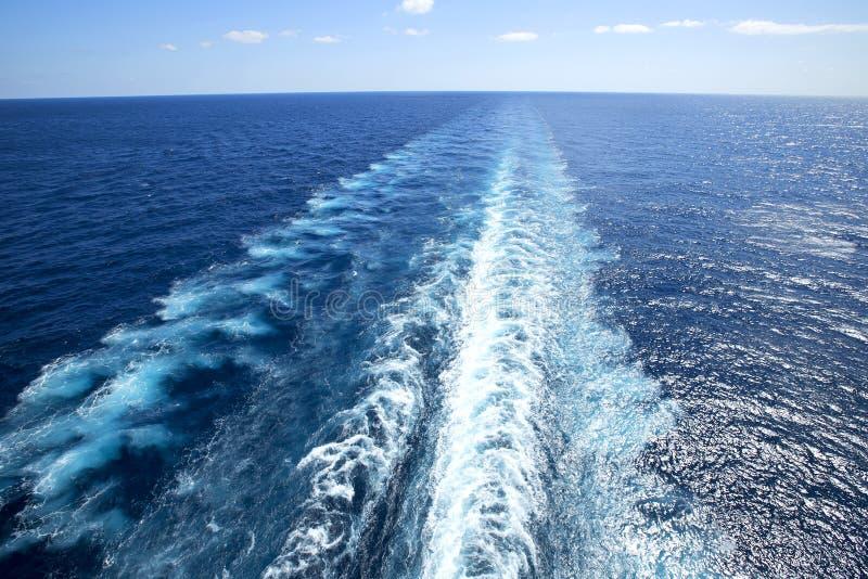 Ίχνος στην επιφάνεια νερού πίσω του κρουαζιερόπλοιου στοκ εικόνα
