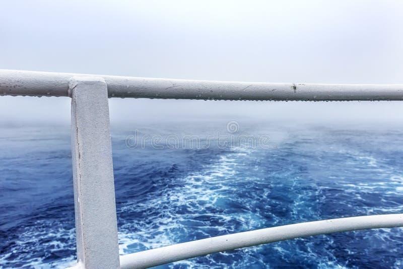 Ίχνος στην επιφάνεια νερού πίσω του σκάφους στη βαριά ομίχλη στοκ εικόνα με δικαίωμα ελεύθερης χρήσης