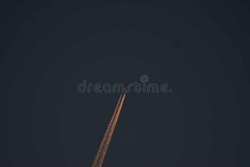 Ίχνος του καπνού στον ουρανό βραδιού στοκ φωτογραφία με δικαίωμα ελεύθερης χρήσης