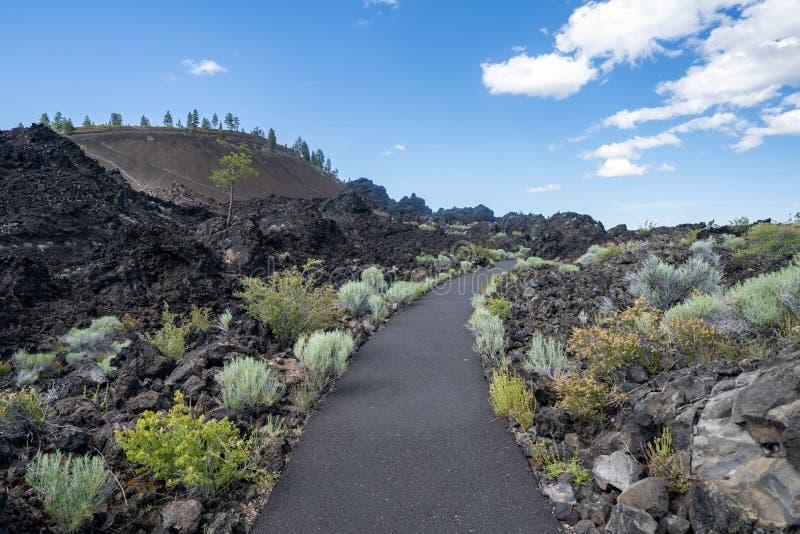 Ίχνος των λειωμένων ανέμων εδαφών μέσω του ηφαιστειακού βράχου Λόφος λάβας στο υπόβαθρο κοντινή κάμψη μνημείων Newberry στην εθνι στοκ εικόνα με δικαίωμα ελεύθερης χρήσης