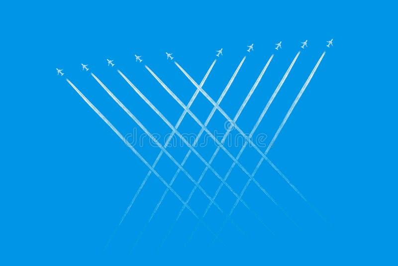 Ίχνος φύλλων αεροπλάνων στο σαφή μπλε ουρανό Άποψη από κάτω από σχετικά με τα ίχνη από πολλά αεροπλάνο Ταξίδι απεικόνιση αποθεμάτων