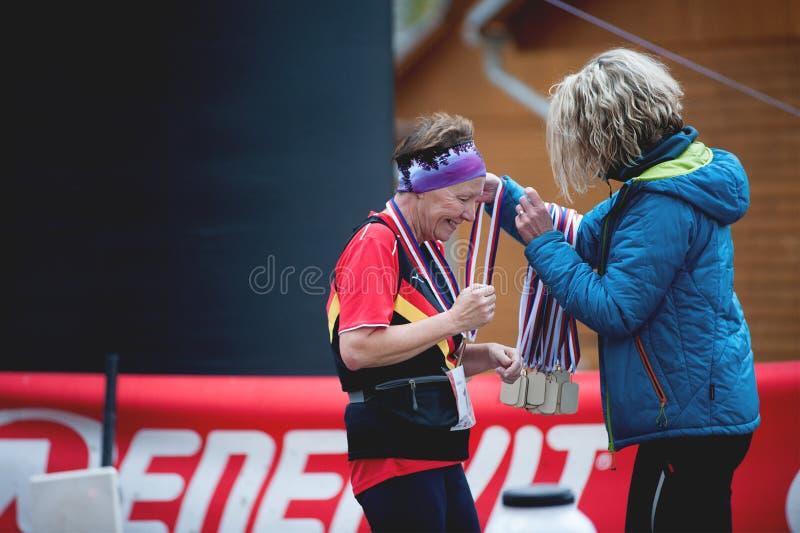 Ίχνος Krkavec της Hannah Πίλζεν Ηλικιωμένη γυναίκα Smilling που παίρνει ένα μετάλλιο για Participatant στοκ φωτογραφίες με δικαίωμα ελεύθερης χρήσης