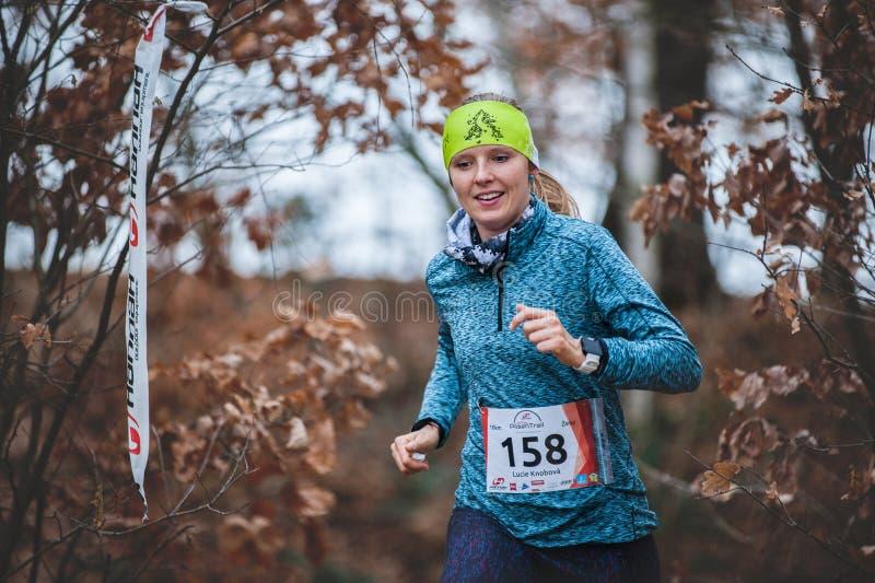 Ίχνος Krkavec της Hannah Πίλζεν Νέα τρέχοντας γυναίκα και φθινοπωρινό υπόβαθρο στοκ εικόνες