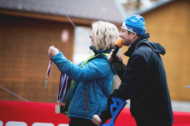 Ίχνος Krkavec της Hannah Πίλζεν Ο μεσολαβητής και η γυναίκα με τα μετάλλια για τους συμμετέχοντες που περιμένουν στο τέρμα της φυ στοκ φωτογραφίες