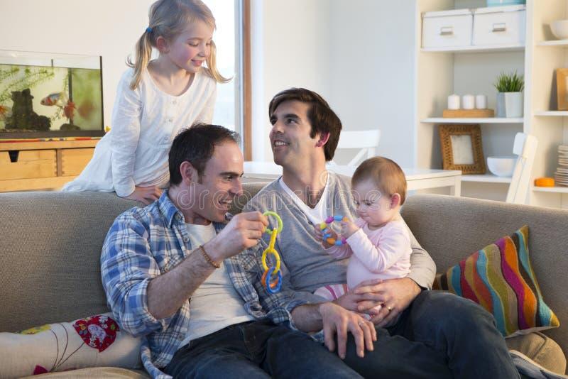 Ίδιο ζεύγος φύλων με τα παιδιά στο σπίτι στοκ εικόνα