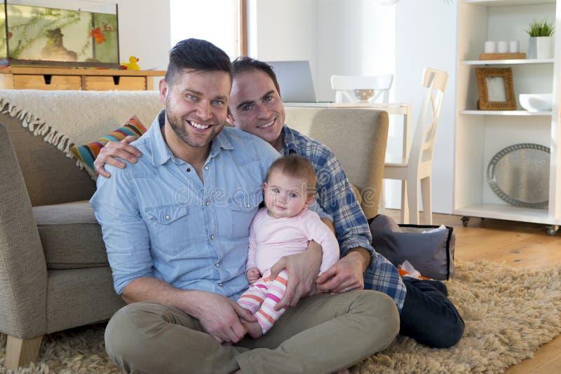Ίδιο ζεύγος φύλων στο σπίτι με την κόρη στοκ φωτογραφίες με δικαίωμα ελεύθερης χρήσης