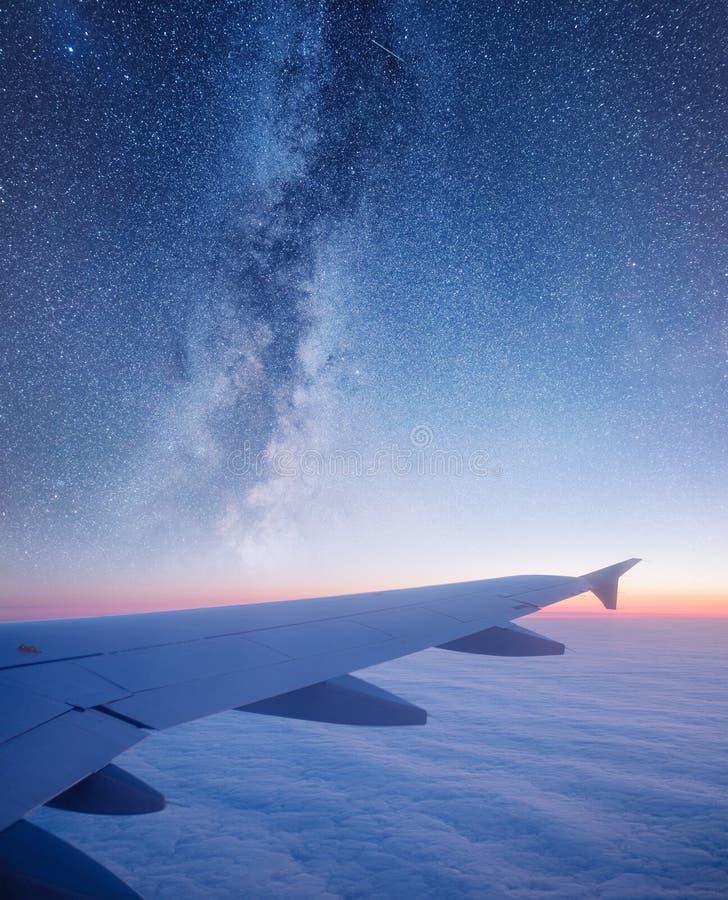 Αέρας αεροσκαφών στο υπόβαθρο νυχτερινού ουρανού στοκ φωτογραφίες